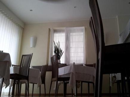 Mise en place, vista tavola con bicchieri e fiori
